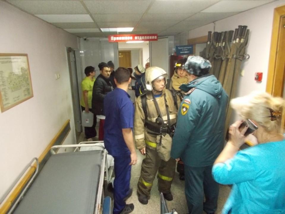 Из больницы вывели 14 маломобильных пациентов. Фото: ГУ МЧС по НСО.