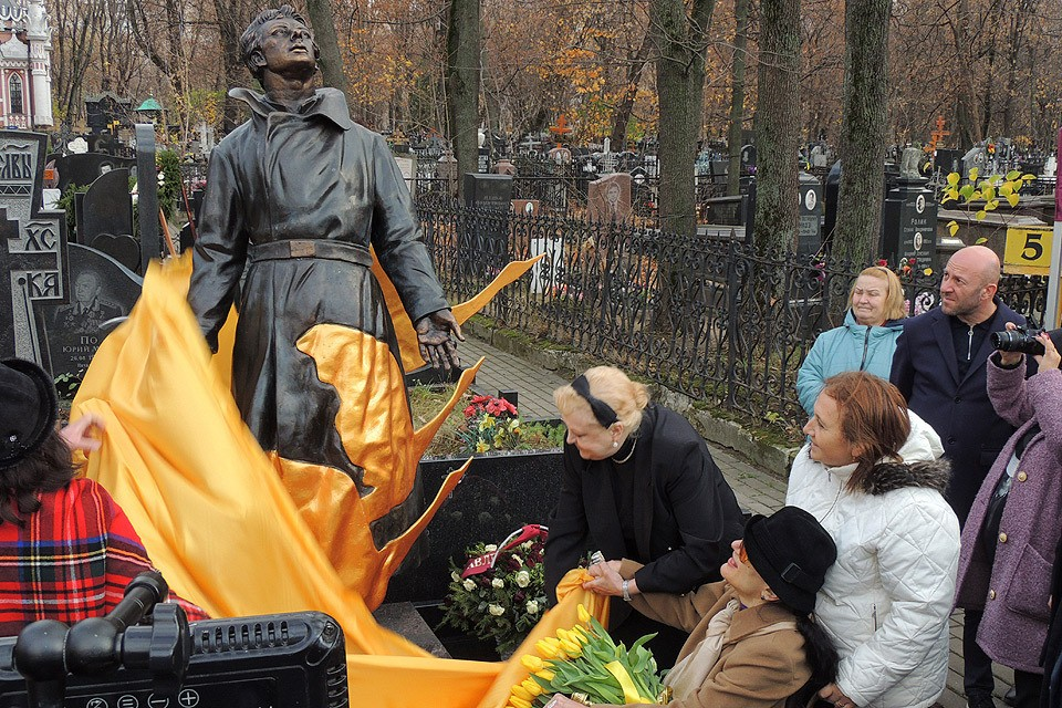 На могиле актера Алексея Баталова открыли памятник.