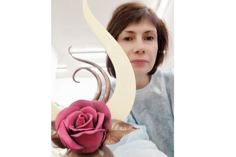 Оксана Кокорина и не предполагала какие чудеса можно делать из шоколада. Автор фото: Лидия ВЯЗОВИКОВА