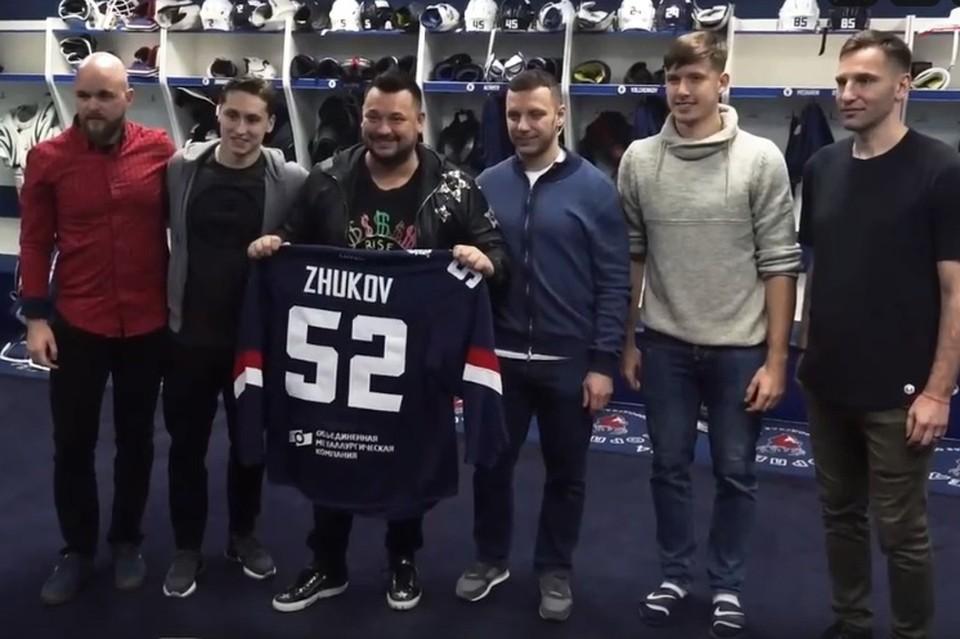 Игроки хоккейного клуба устроили звезде шоу-бизнеса экскурсию.
