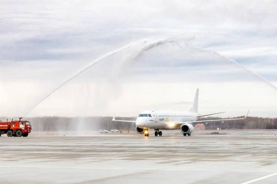 Новый для хабаровского аэропорта самолет «обмыли» 20-ю тоннами воды ФОТО: Аэропорт Хабаровска