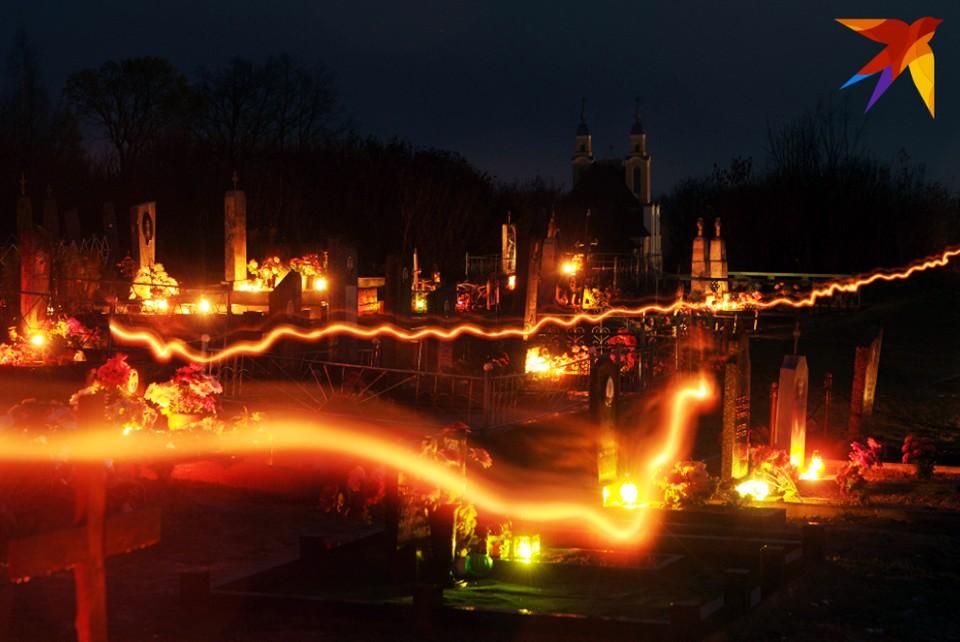 Кладбище в Крево на Сморгонщине, как и многие другие погосты по всей Беларуси, на Дзяды утопает в огнях.