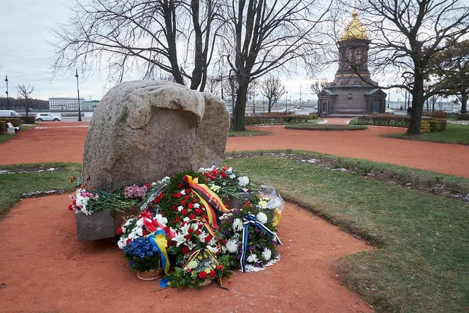 Почтить память репрессированных ленинградцев вышли сотни горожан.