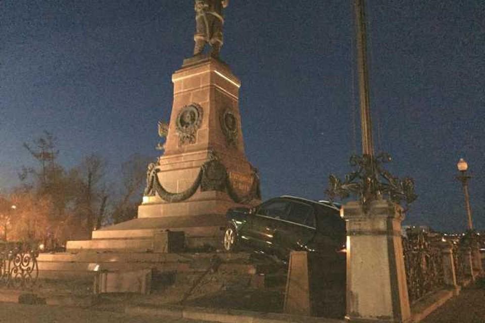 Это не моя машина: пьяный автомобилист врезался в памятник Александру III в Иркутске