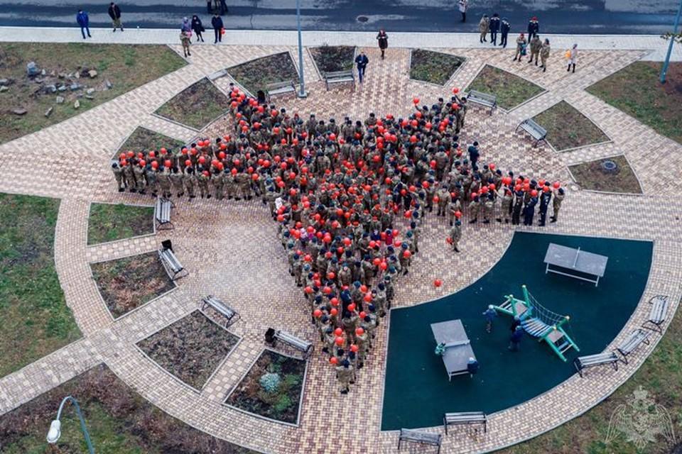 Военнослужащие сделали из кемеровских школьников живую звезду.ФОТО: управление Росгвардии по Кемеровской области