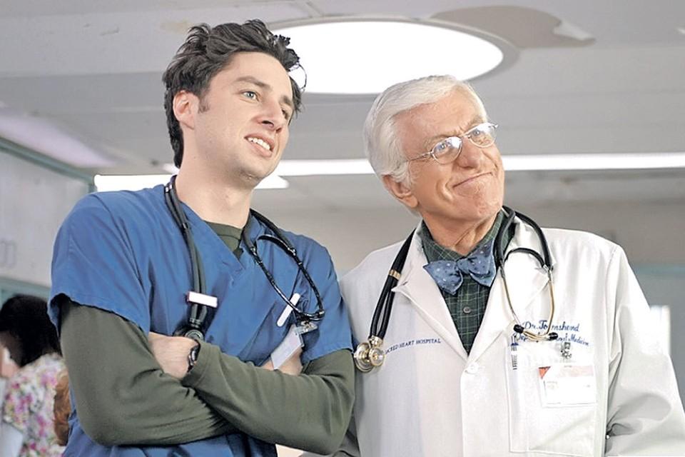 - Нет, ты посмотри, до каких чудес дошли наши коллеги из России! - Да, мы в нашей «Клинике» диагноз на расстоянии ставить не умеем! Фото: Кадр из сериала «Клиника»