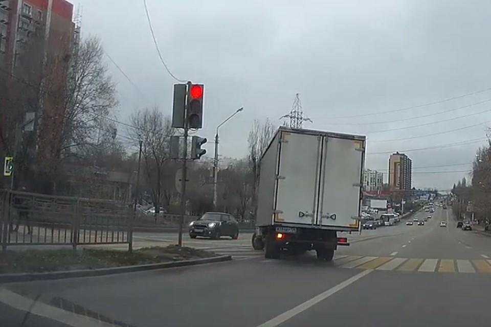 """Водитель """"ГАЗели"""" решил не обращать внимание на светофор."""