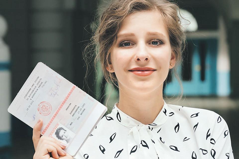 «Папина дочка» уже совсем взрослая - даже паспорт есть! Правда, не настоящий. Фото: Канал СТС