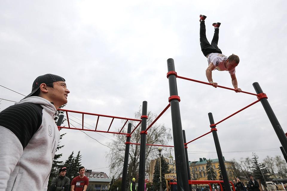 Упражнения на турнике во время молодежного фестиваля в Ставрополе.