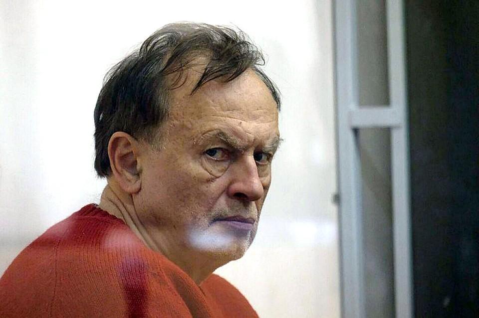 Доцент Соколов на суде плакал и обвинял бывшую возлюбленную в том, что она напала на него с ножом.Доцент Соколов на суде плакал и обвинял бывшую возлюбленную в том, что она напала на него с ножом.