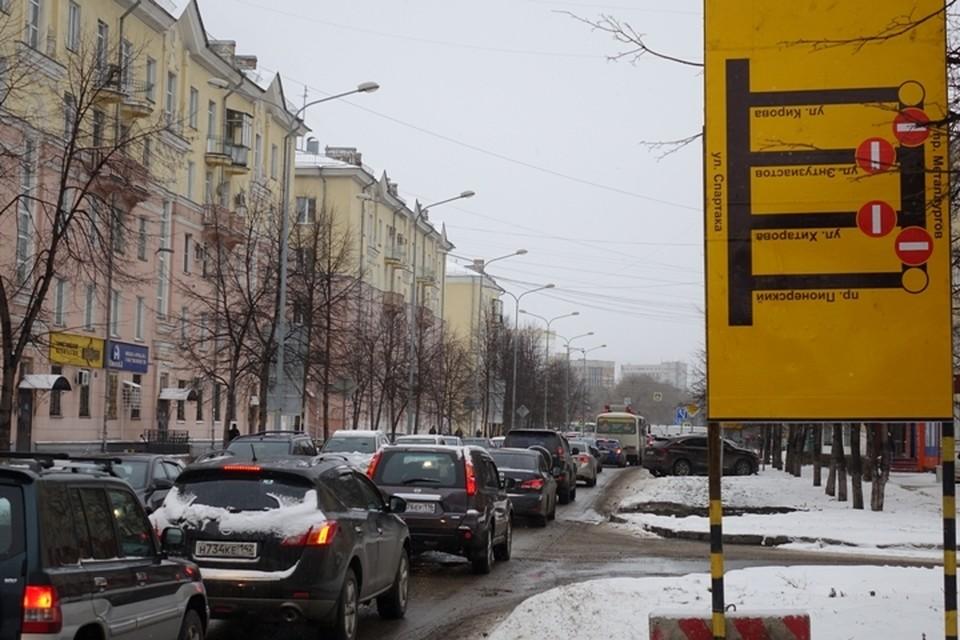 Поворот не туда: новокузнечанам приходится читать дорожные указатели вверх ногами