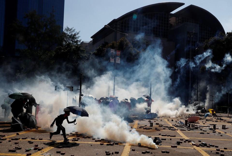 Протестующие столкнулись с полицией у здания Политехнического университета Гонконга