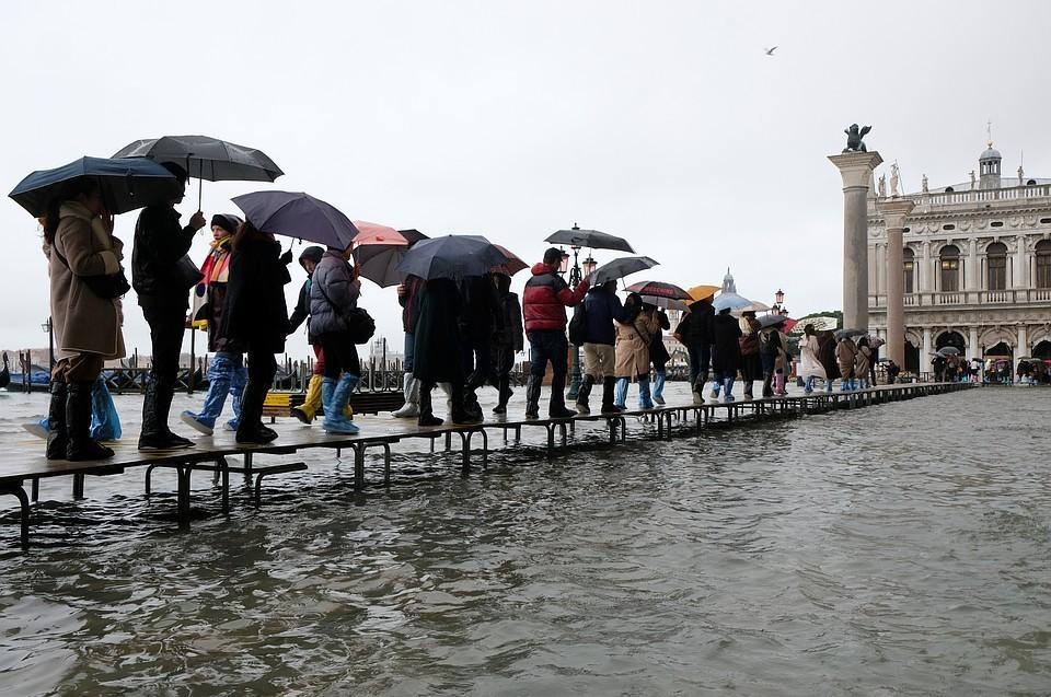 В Венеции уровень воды приближается к двум метрам