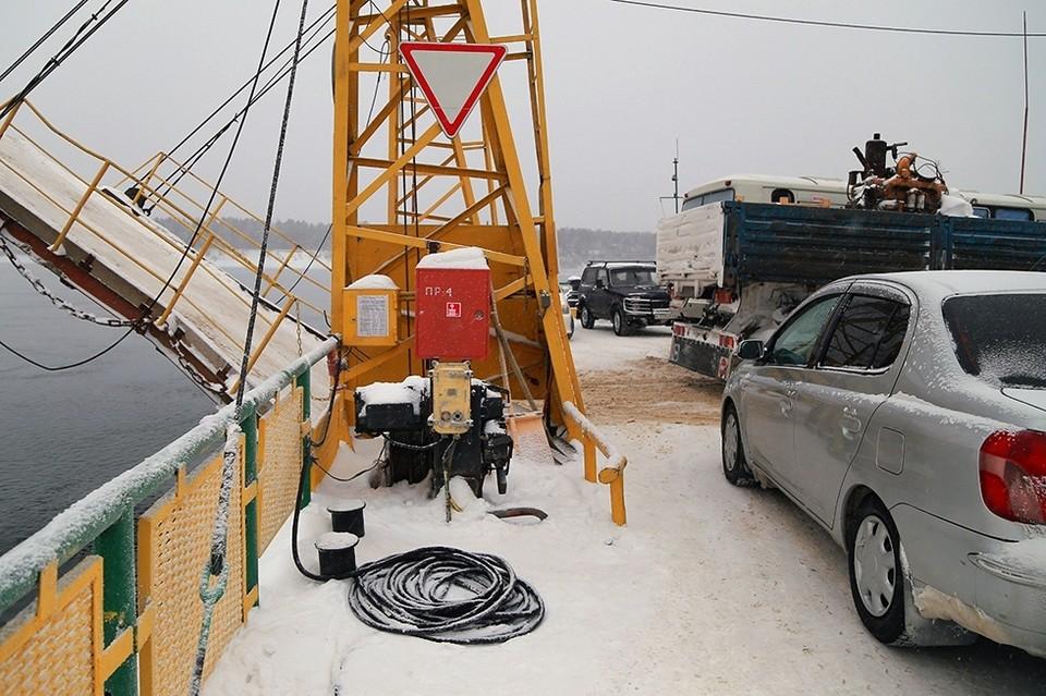 Паром с пассажирами застрял во льдах Енисея в Красноярском крае.