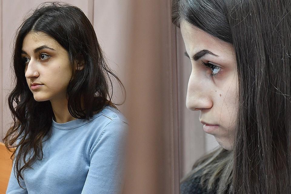 Сестры Крестина и Ангелина Хачатурян в помещении суда.