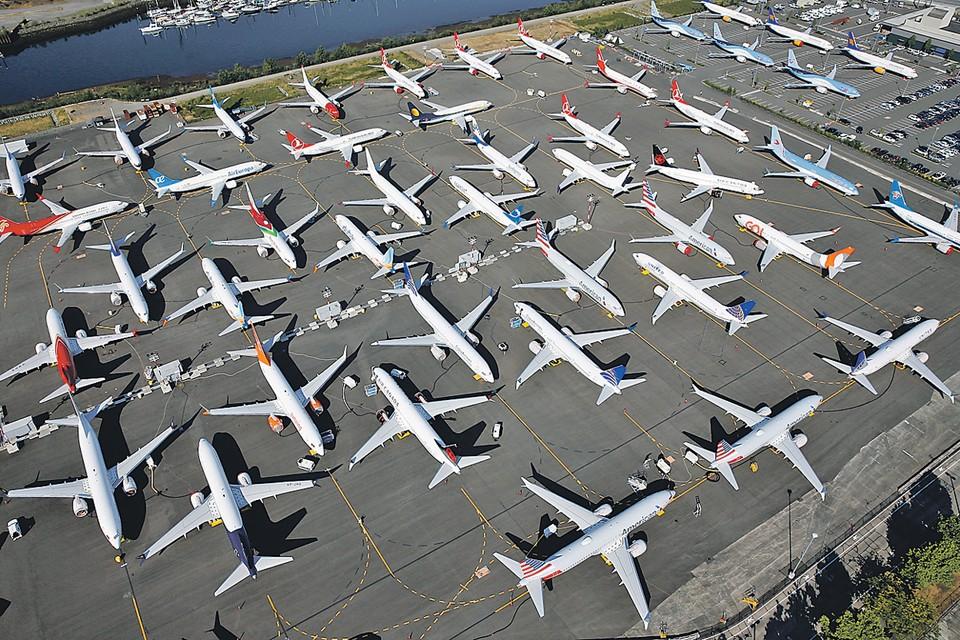 Сотни «Боингов-737 МАХ» простаивают в аэропортах. И не понятно, когда им могут разрешить взлететь.