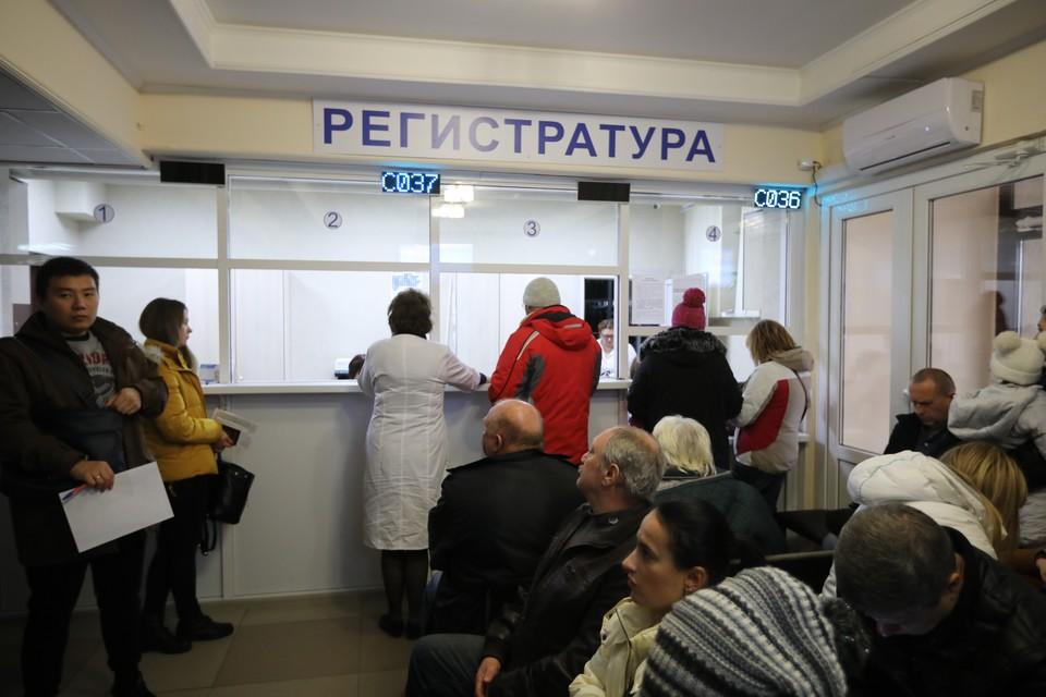 В помещении и даже на улице ставропольского диспансера толпятся около 100 человек
