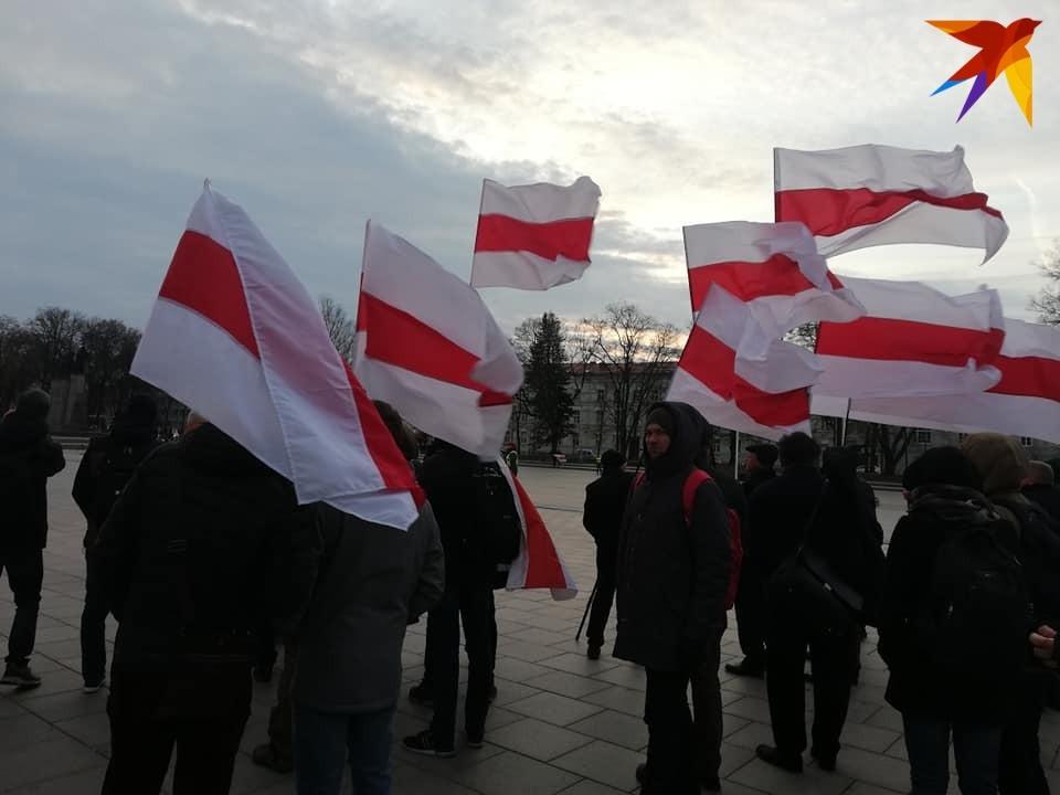 Белорусы, которые приехали на перезахоронение Калиновского: «Взяла носки, бел- чырвона-белы и уехала ночью в Вильнюс».