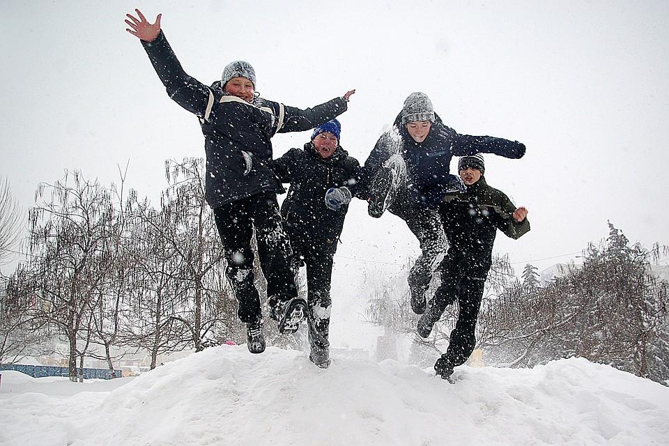 Удастся ли детям поскакать в снегу - покажет время.