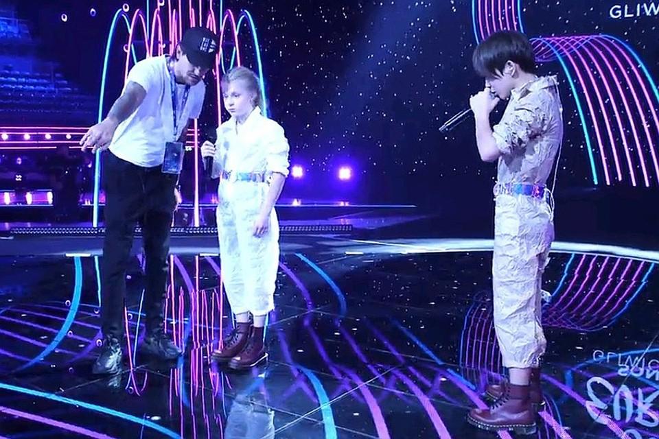 Денберел и Таня во время репетиции на сцене Евровидения.