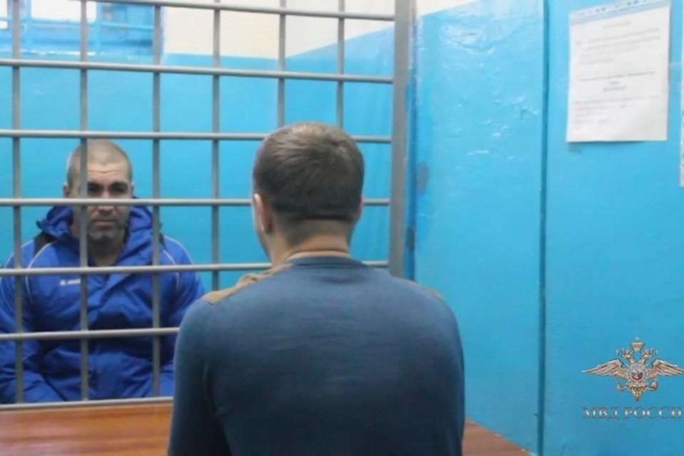 Избивал из-за неверно введенного пин-кода: появилось видео, как напавший в Лесосибирске уголовник тащил врача-педиатра к банкомату. Стоп-кадр видео полиции