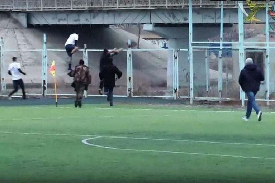 Игра остановилась, когда футболисты поняли, что нужно спасать человека. Фото: кадр с видео