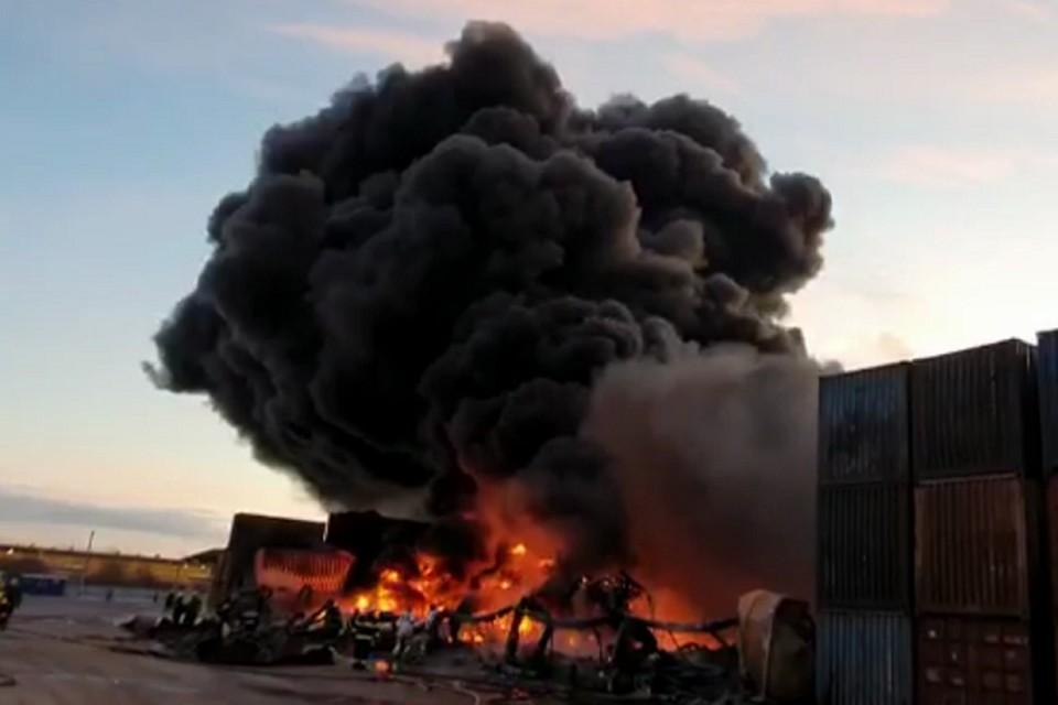 Клубы черного дыма от сгоревшего каучука поднимались в небо несколько часов. Фото: МЧС РФ по СПб