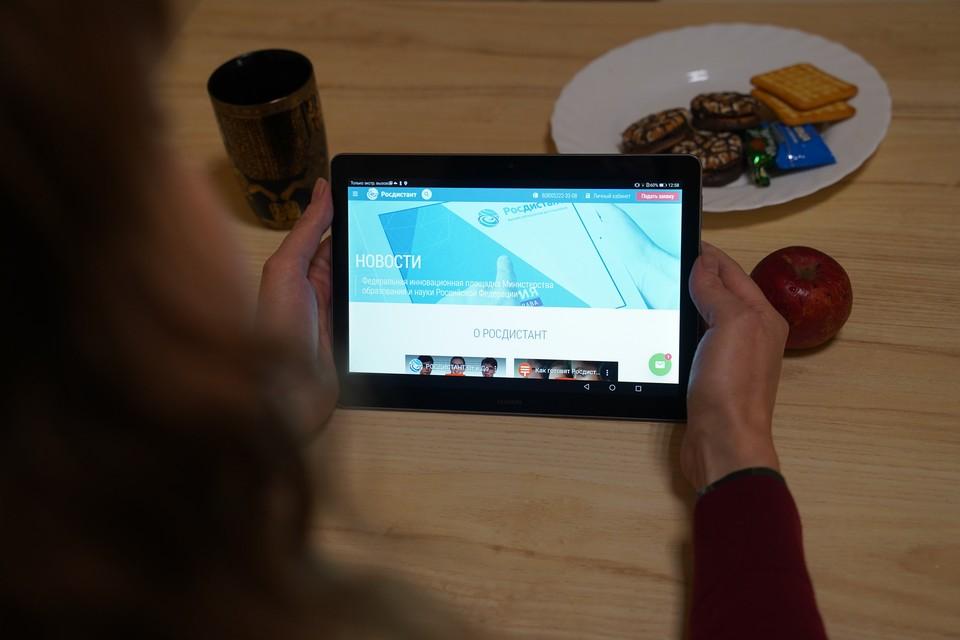 Дистанционно учиться можно в любом удобном месте - на кухне, в кафе и даже лежа на диване.