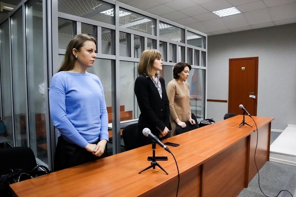 Марина Пескова, адвокат Марина Иванова и Ольга Капизова выслушивают приговор.