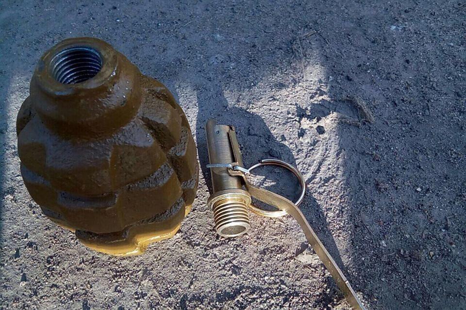 Петербуржец разбирал фонарик, а подорвался на запале от гранаты.