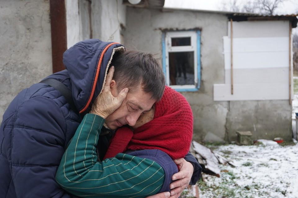 Порой волонтеры - это чуть ли не единственные люди, кого видят старики, живущие на передовой.