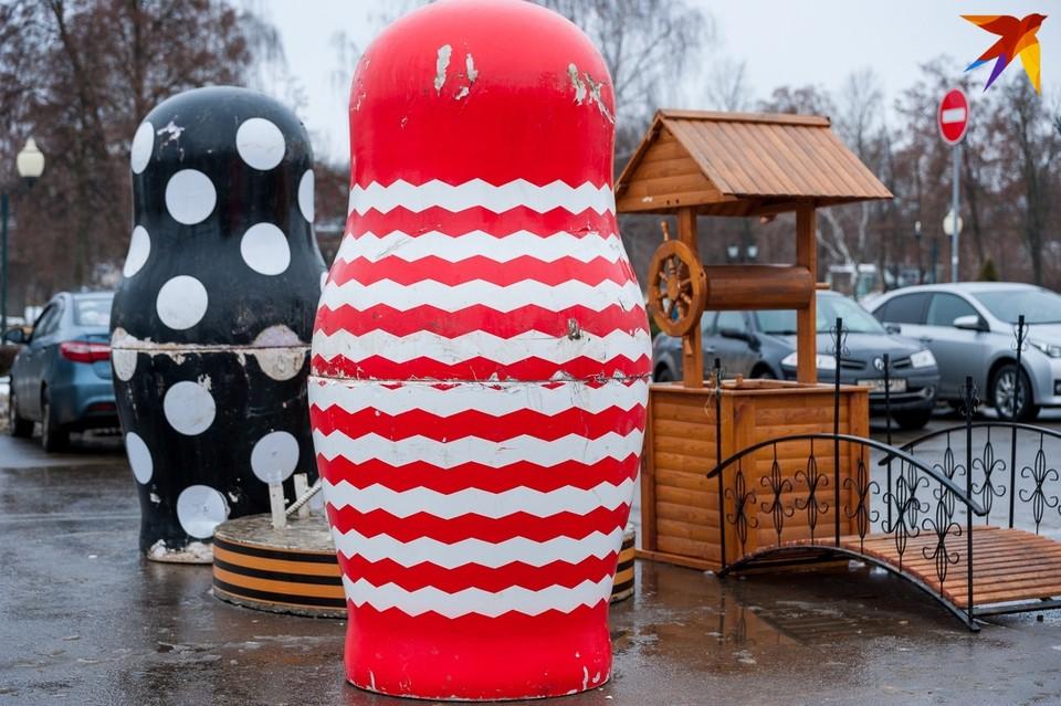 В прошлом году матрешки украшали площадь Ленина, однако в нынешнем году украшением их не назовешь