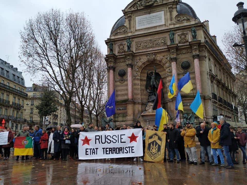 В Париже митингующих украинцев с бандеровским флагом закидали яйцами