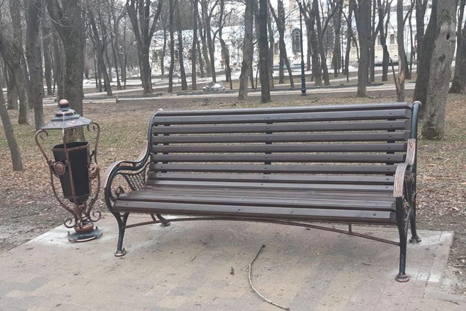Теперь гости Курортного парка могут отдыхать на таких удобных и красивых скамейках.
