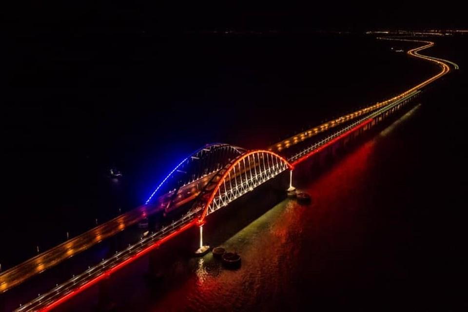 Подсветка - очень красиво смотрится. Фото: Крымский мост/VK