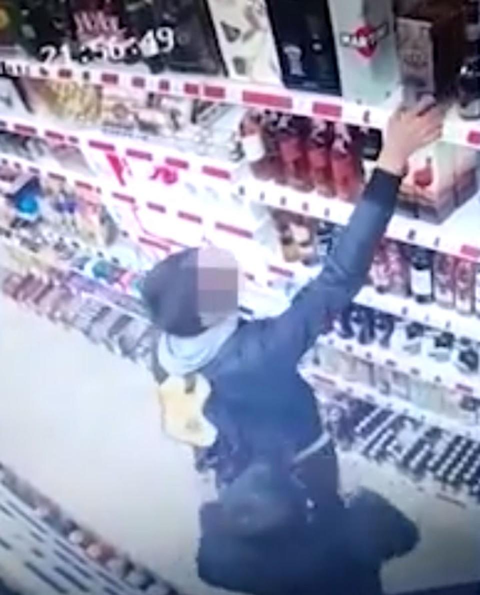 Момент кражи попал на видео.