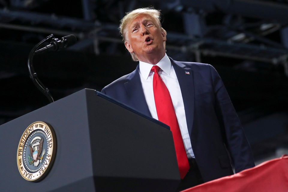 Трампа обвиняют по двум статьям: в злоупотреблении полномочиями и воспрепятствованию деятельности Конгресса.