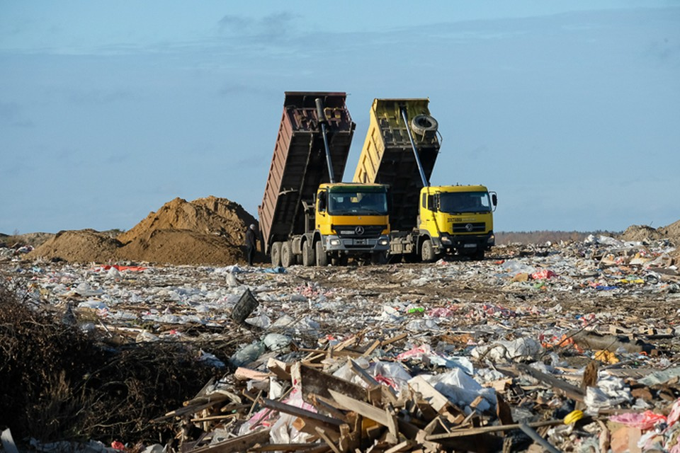 """По словам экспертов, в Ленбласть свозится до двух третей отходов, которые """"производит"""" Санкт-Петербург."""