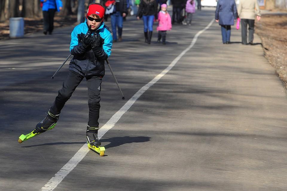 Лыжники в столичных парках истосковались по снегу.
