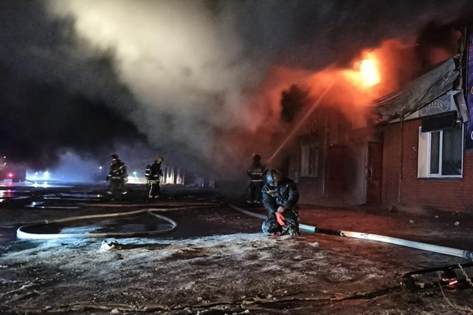 Накануне профессионального праздника пожарные в Абакане всю ночь тушили торговую базу. Фото: ГУ МЧС России по Республике Хакасия