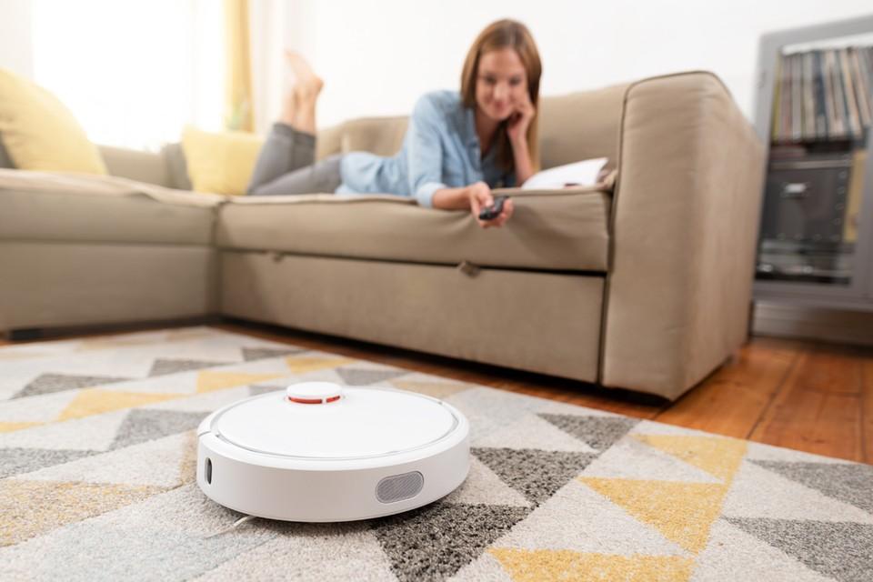 Робот-пылесос в домашнем хозяйстве настолько удобен и полезен, что будет идеальным подарком.