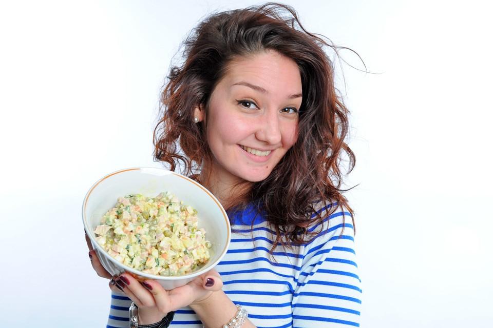 """Праздничный стол по-русски нередко украшает салат """"Оливье""""."""