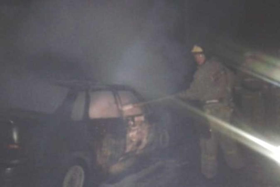 Одну машину удалось потушить, вторая сгорела.