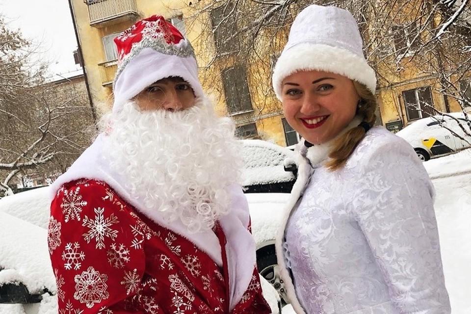 Волшебство в каждый дом: Дед Мороз из «Комсомолки» и Снегурочка из «Милосердия» поздравили тюменских ребятишек с Новым годом