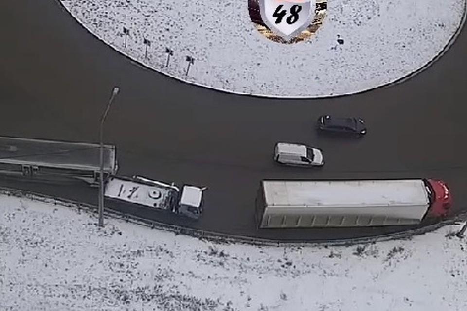 В Липецке автобус протаранил манипулятор, а тот врезался в фуру