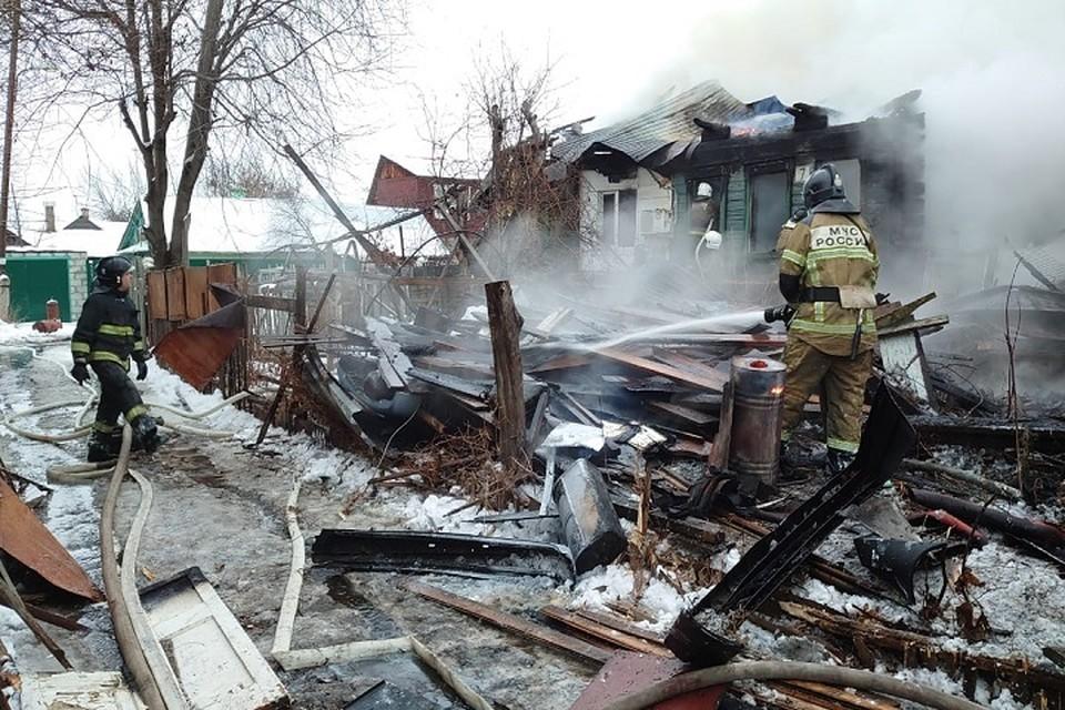 Во время тушения огня пожарные обнаружили несколько опасных находок