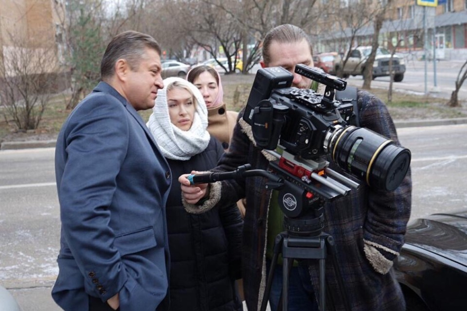 Иван Соловьев, Вера Соколова и оператор Леонид Рудкевич перед съемкой сцены. Фото: «Горизонт-кино»