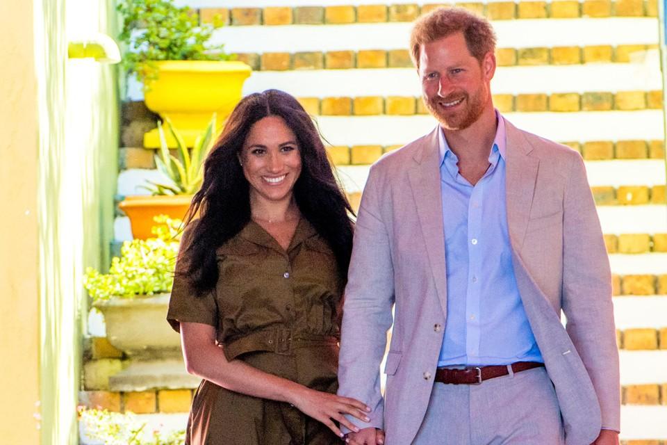 Елизавета II решила разрешить принцу Гарри с супругой Меган Маркл сложить с себя полномочия членов королевской семьи