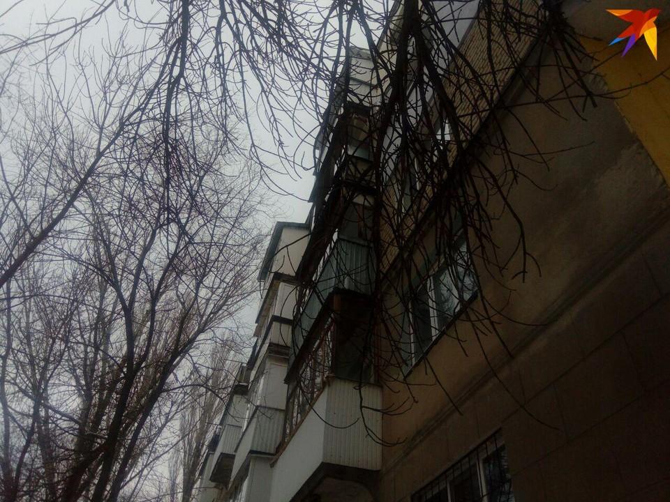 С крыши дома на Вишневой рухнула глыба льда