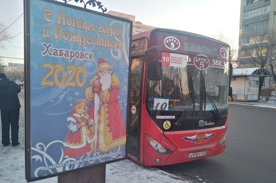 Пассажирам приходится вчитываться в уйму объявлений, чтобы понять, какой картой можно расплатиться в автобусе. Поэтому многие предпочитают платить наличкой.